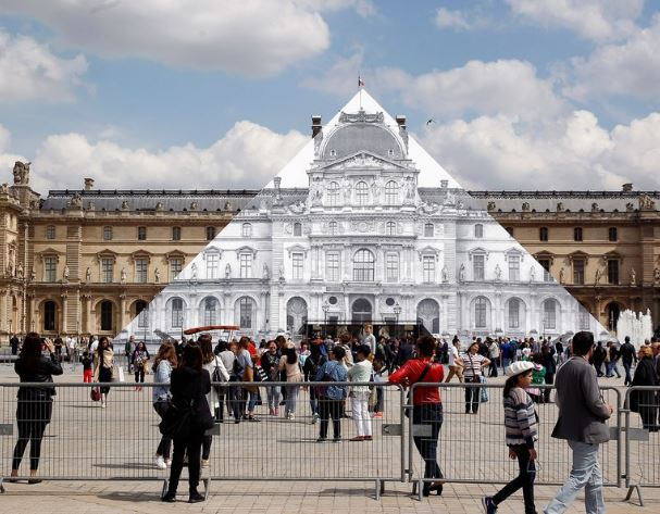 Disappearing Louvre pyramid