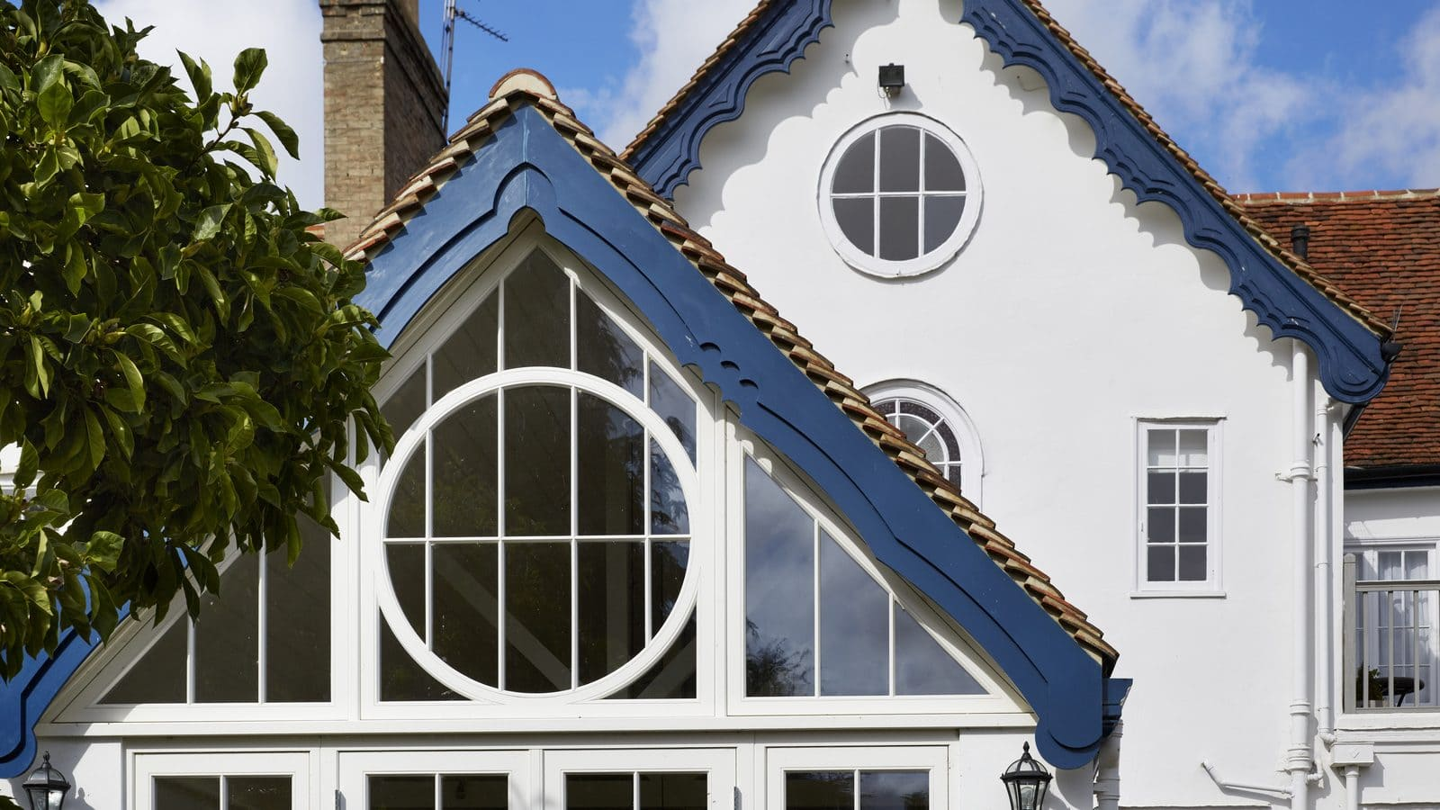 The difference between gables and hip rafters in glazed architecture